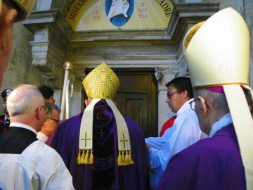 """A Santa Maria del Monte tre vescovi per la Porta """"sforzesca"""""""